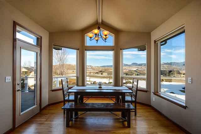 Bien choisir la table pour sa salle à manger, sur quels critères d'achat : matière, forme, volume de la salle….